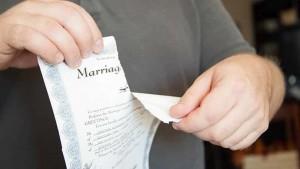 Separazione: è il marito che deve provare le circostanze impeditive dell'assegno di mantenimento