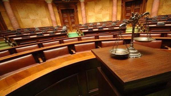 Obbligo di rinnovo del decreto di irreperibilità prima del rinvio a giudizio.