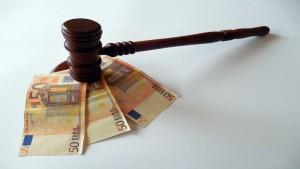 Diritto del legale al compenso per difesa d'ufficio e onere della prova.