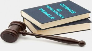 Notifica presso il solo difensore d'ufficio ai fini della dichiarazione d'assenza: sempre valida?